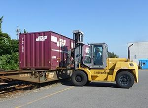 コンテナを貨車に積み込みます