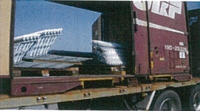 ロープ・荷締機(ラッシングベルト)等を使用し荷崩れを防止します。
