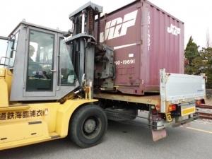 半田埠頭駅 トラックへの積込み作業